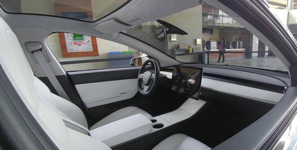 Tesla Model 3 Innenraumfoto geleakt – Der letzte Führerscheinneuling…