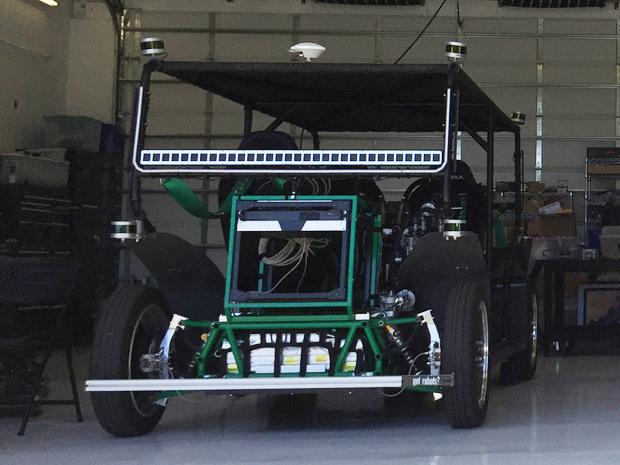 Zoom experimentelles Robotertaxi in der Garage des SLAC hat mehrere Lidarmodule. Das Fahrzeug kann jedes einzelne Rad separat ansteuern und lenken. Damit kann es in jede Richtung fahren.