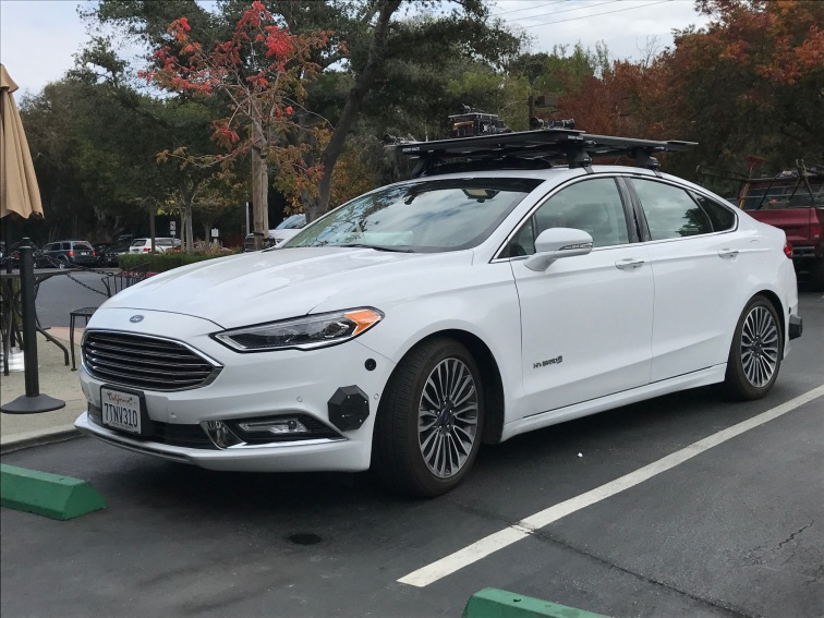 Unbekannter autonomer Ford